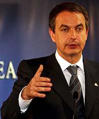 Zapatero comparece ante la prensa. (Foto: EFE)