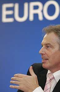 Tony Blair, en la rueda de prensa posterior a la cumbre. (Foto: EFE)
