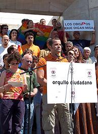 Los representantes de la Federación Estatal de Gays y Lesbianas (FELGT) leen un manifiesto a favor del matrimonio entre homosexuales. (Foto: EFE)
