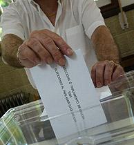 Un votante de las elecciones en Galicia. (Foto: REUTERS)