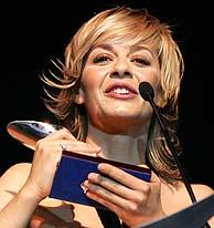 María Adánez recibe el premio a la Mejor Actriz Protagonista en televisión. (Foto: EFE)