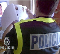 Un agente interviene material en la operación. (Foto: EFE)