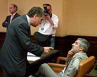 Llamazares y López Garrido conversan durante la reunión. (Foto: EFE)