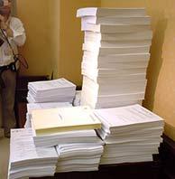 Documentos que se han debatido en la Comisión. (Foto: EFE)