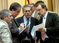 Miembros de distintos grupos analizan las conclusiones. (Foto: EFE)
