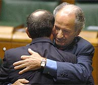 Juan María Atutxa felicita a Ibarretxe. (Foto: Ruiz de Hierro)
