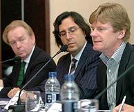 De dcha. a izqa., Kennedy, presidente de la IFPI; Guisasola, presidente de Promusicae; y Larsen, presidente de Universal Music. (Foto: EFE)