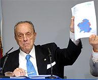 Manuel Fraga muestra un mapa de Galicia durante una rueda de prensa. (Foto: EFE)