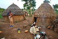 Una mujer nigeriana cocina fuera de su casa. (Foto: AP)