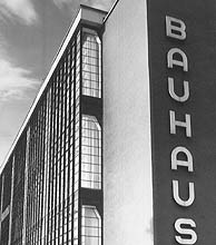 Fachada de la escuela Bauhaus en la ciudad alemana de Dessau. (Foto: EL MUNDO)