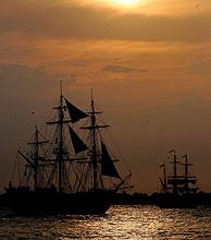 Varios barcos históricos participan en el espectáculo. (Foto: Reuters)