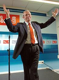 El candidato socialista, Emilio Pérez Touriño, tras conocer el resultado del escrutinio del voto emigrante de Pontevedra. (Foto: EFE)
