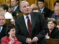 El primer ministro canadiense, Paul Martin, antes de votar en la Cámara de los Comunes. (Foto: REUTERS)