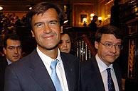 Los ministros Juan Fernando López Aguilar y Jordi Sevilla abandonan el Congreso tras la sesión. (Foto: EFE)