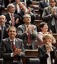El presidente y la vicepresidenta del Gobierno celebran la aprobación de la ley. (Foto: AP)
