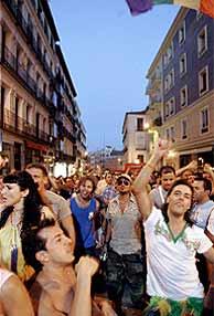 Imagen de la celebración en Chueca tras aprobarse la ley del matrimonio homosexual. (Foto: AP)