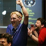 Científicos de la NASA en Pasadena celebran el éxito de la misión. (Foto: REUTERS)