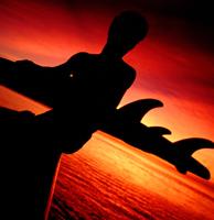 Un surfista espera, frente a la fata de olas en la playa de Mundaka, para estrenar el verano. (Foto:Victor Fraile)