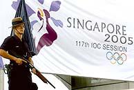 Un guardia vigila la entrada al hotel Raffles de Singapur. (Foto: EFE)