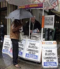 Los quioscos distribuyen los periódicos de la tarde. (Foto: AP)