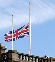 La bandera británica, a media asta en Gleneagles. (Foto: Reuters)