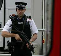 Un guardia vigila la estación de autobuses del aeropuerto de Heathrow. (Foto: AP)