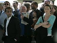 Viajeros parados debajo de las pantallas de información en la estación de Waterloo. (Foto: AP)