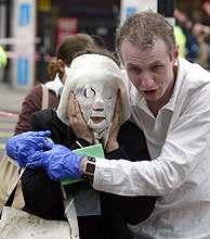Davinia es rescatada por Paul Dadge. (Foto: AP)