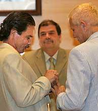 Martínez Cestau mira a los novios mientras se intercambian los anillos. (Foto: EFE)