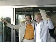 Emilio y Carlos bajo la lluvia de arroz al salir del Ayuntamiento. (Foto: Antonio Heredia)