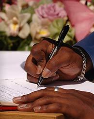 Un visitante firma en el libro de condolencias de King's Cross. (Foto: AP)