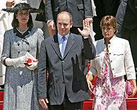 Alberto II junto a sus dos hermanas, Carolina y Estefanía. (Foto: AP)