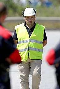 Un trabajadores de la central, tras haber sido desalojado. (Foto: EFE)
