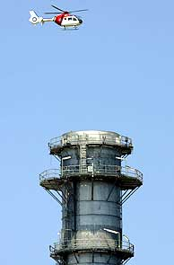 Un helicóptero de la Ertzaintza sobrevuela la central. (Foto: EFE)