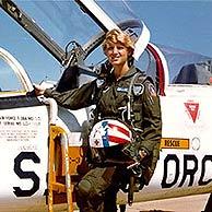 Eileen Collins junto al caza que pilotaba en el ejército. (Foto: NASA)