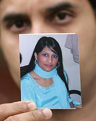 El padre de Shahara Akhter Islam, una de las víctimas identificadas, muestra su fotografía. (Foto: REUTERS)