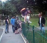 Un grupo de vecinos de Beeston, en el parque del barrio. (Foto: Roberto Bécares)