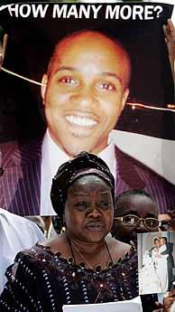 La madre nigeriana de Fatayi-William muestra la foto de su hijo. (Foto: REUTERS)