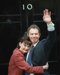 Blair, junto a su esposa, Cherie Booth a las puertas de su residencia. (Foto: AP)