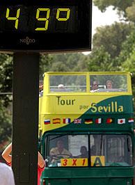 En verano, en Sevilla, las temperaturas han llegado a rozar los 50 grados. (Foto: EL MUNDO)