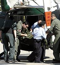 Uno de los cadáveres a su llegada al Tanatorio. (Foto: EFE) VEA MÁS FOTOS