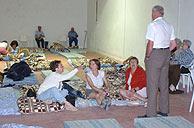 Algunos de los vecinos de Luzón evacuados. (Foto: EFE)