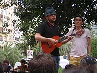 Manolo y Genís en la plaza de la Reina.