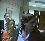 Hernando (derecha) sujetado por la vicepresidenta del Congreso, Carme Chacón. (Foto: CNN+)
