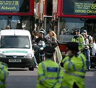 Policías cortan el paso al tráfico y a los viandantes cerca de Downing Street. (Foto: EFE) MÁS IMÁGENES