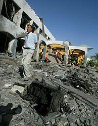 Un hombre camino entre los escombros del hotel Ghazala Gardens. (Foto: EFE)