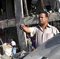 Un policía en los escombros del hotel Ghazala Gardens. (Foto: AP)