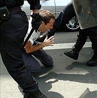 El ex edil de HB Josetxo Ibazeta, que encabezaba la marcha en San Sebastián, ha resultado herido. (Foto: EFE)