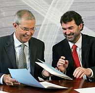 Pérez Touriño (i) y Anxo Quintana durante la firma. (Foto: EFE)