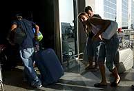 Turistas italianos abandonan Sharm el Seij tras los atentados. (Foto: EFE)